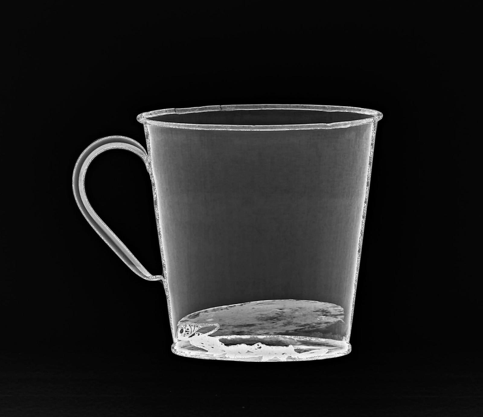 Røntgen-bilder viser en gullring gjemt i en falsk bunn i denne koppen på Auschwitz-museet i Oswiecim, Polen. Over 70 år etter krigen ble denne skjulte skatten funnet ved en tilfeldighet i forbindelse med vedlikehold av alle museumsgjenstandene.