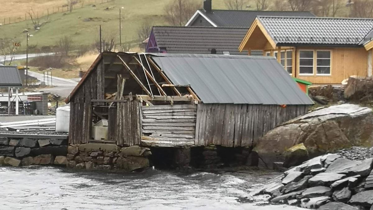 NAUST UTAN TAK: Taket tok i veg med vinden i Vågsvåg.