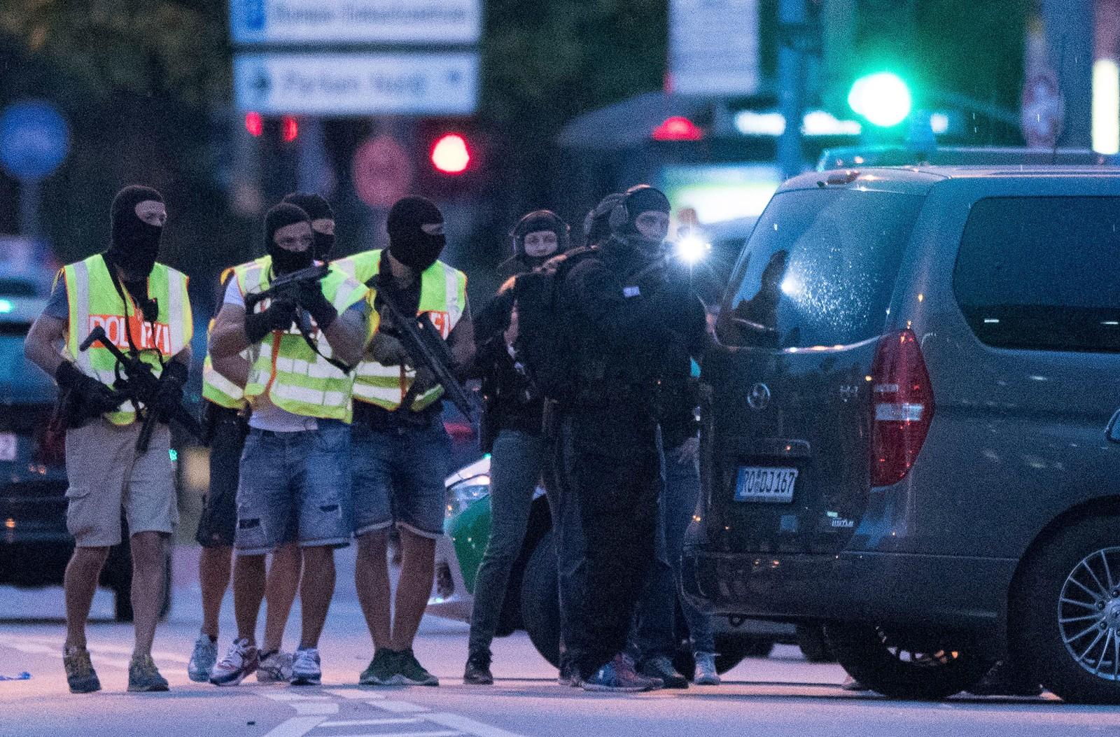 MASKERT POLITI: Spesialstyrker forbereder seg på å gjennomsøke et nærliggende kjøpesenter i sentrum av München. I 23-tiden fredag kveld er ennå ingen pågrepet for det politiet mistenker er et terrorangrep.