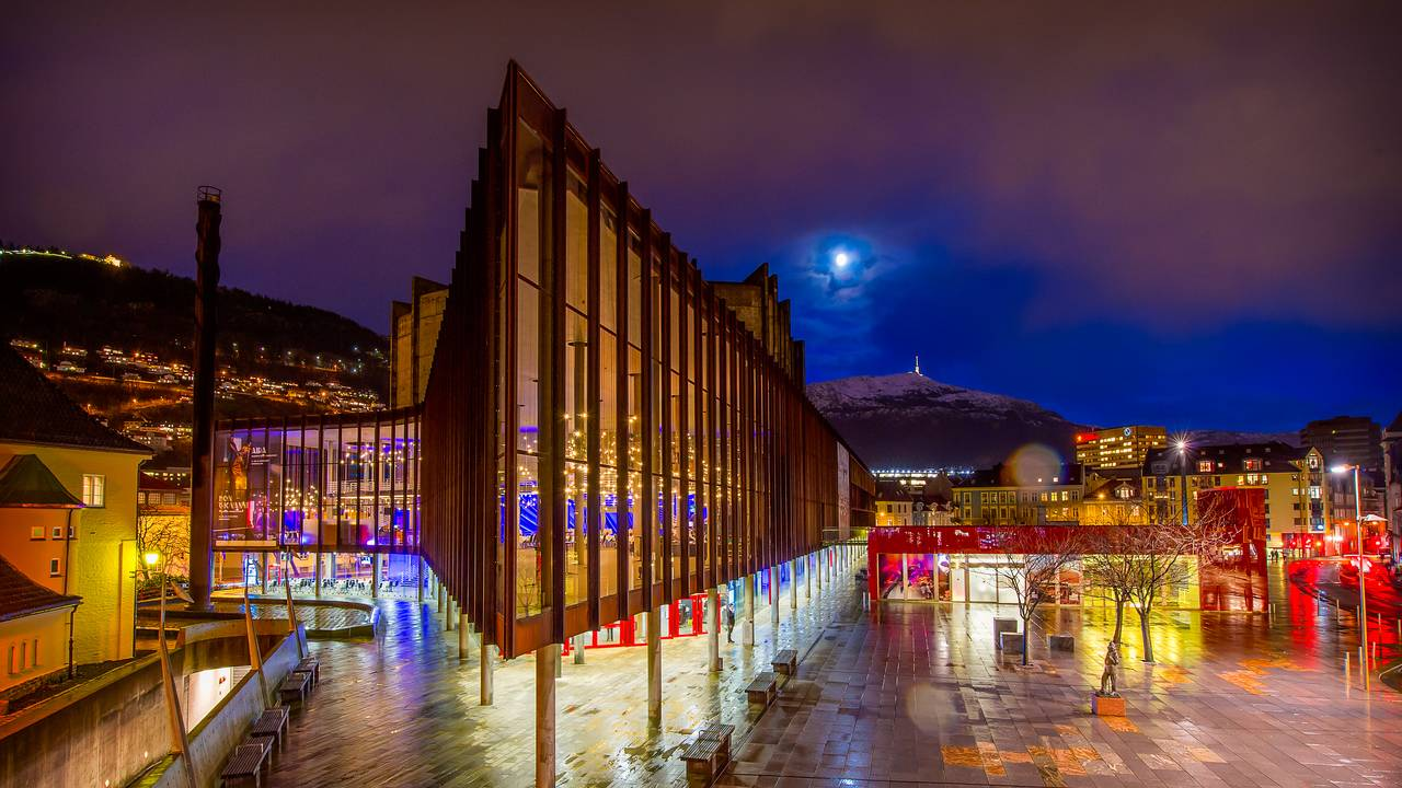 Grieghallen i Bergen, kveld/natt