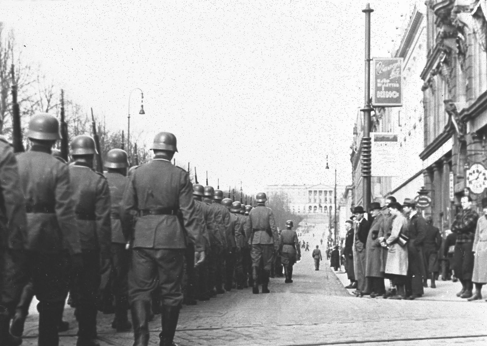 Tyske styrker rykker inn i Oslo, og marsjerer på Karl Johans gate.