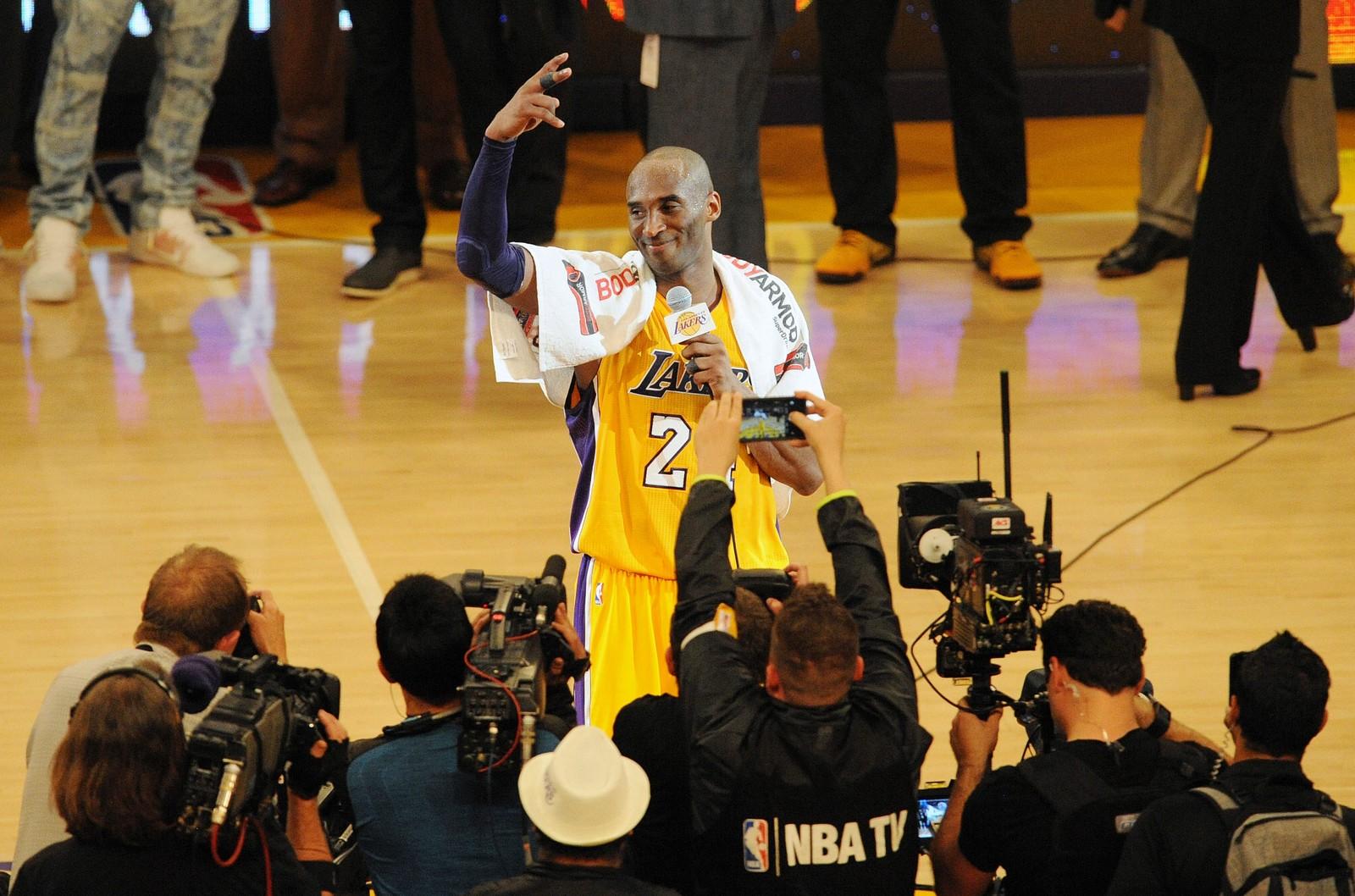 LEGGER OPP: Basketballspiller Kobe Bryant sa noen ord til publikum og pressen i pausen i kampen mellom Los Angeles Lakers og Utah Jazz i Staples Center i Los Angeles. Onsdagens kamp var den aller siste i karrieren for Bryant. Lakers vant kampen 101-96.