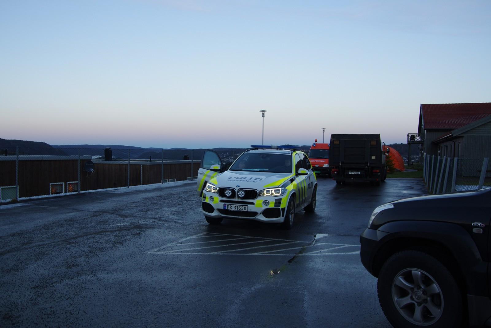 Politiet deltar med en hund i søket.