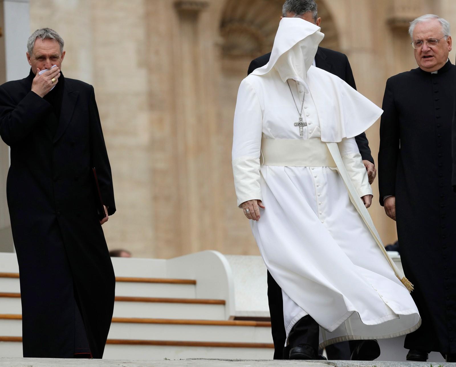 Pave Frans får hjelp av vinden til å bære den hvite drakten på en ny og spennende måte i Vatikanstaten.