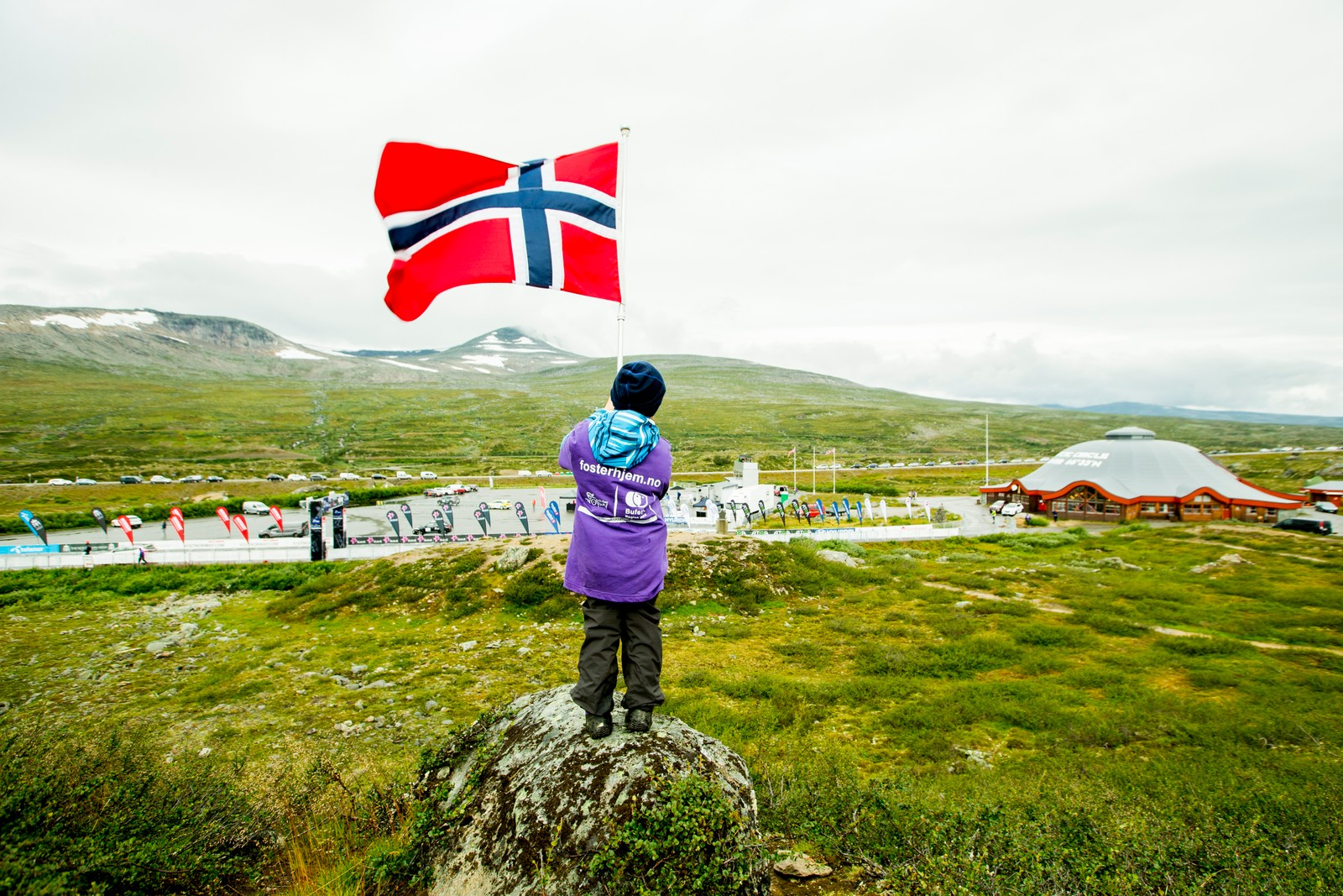 En gutt svaier med det norske flagget før fjerde og siste etappe i sykkelrittet Arctic Race of Norway søndag.