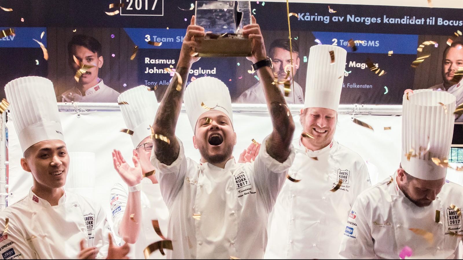 Her vinner Christian Andrè Pettersen Årets kokk 2017. Assistenten Kim Lamram står til venstre i bildet