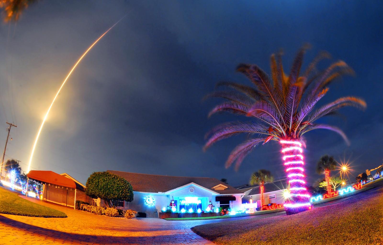 Raketten Falcon 9 tok av fra Florida klokken 02.29 natt til tirsdag. Ti minutter senere var romferden blitt historisk. Da landet det første trinnet med hjelp av sine egne motorer bare noen meter fra stedet den ble skutt opp. Dette er noe firmaet SpaceX og dets leder Elon Musk har forsøkt gjentatte ganger uten å lykkes.