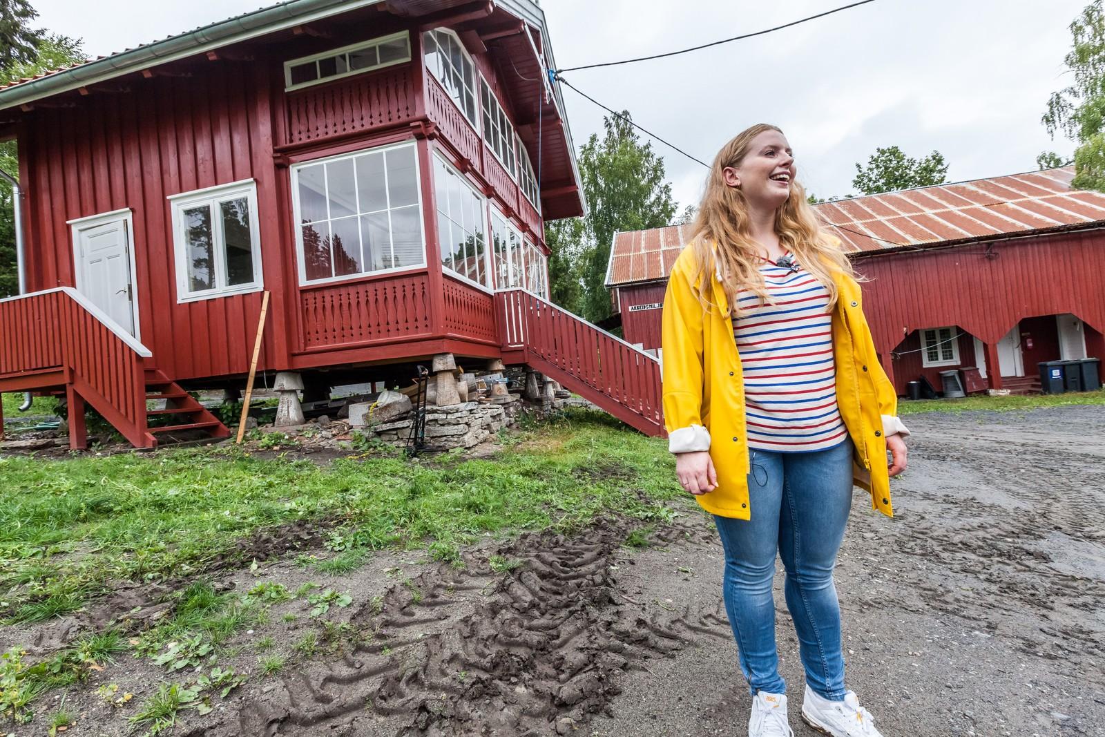 Nestleder i AUF Emilie Bersaas, tok pressen med på omvisning på nye Utøya.