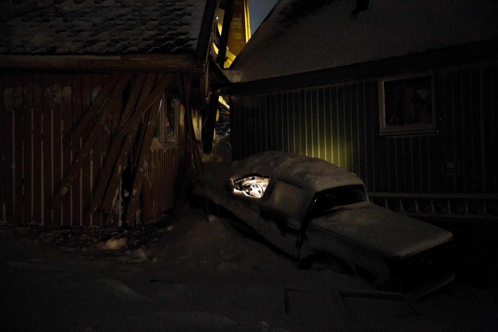 1. premie Klima og miljø: Lyset virker fortsatt i bilen som ble klemt sammen mellom to hus da raset gikk i Longyearbyen. To personer omkom og over ti hus ble totalskadet i det voldsomme snøraset som rammet samfunnet på Svalbard. Juryens begrunnelse: Dette er en stillferdig skildring av en hendelse med tragisk utfall for et lite samfunn. Det er et håndfast bilde på endringer. Vi ser det voldsomme dramaet uten at det er mennesker i bildet.