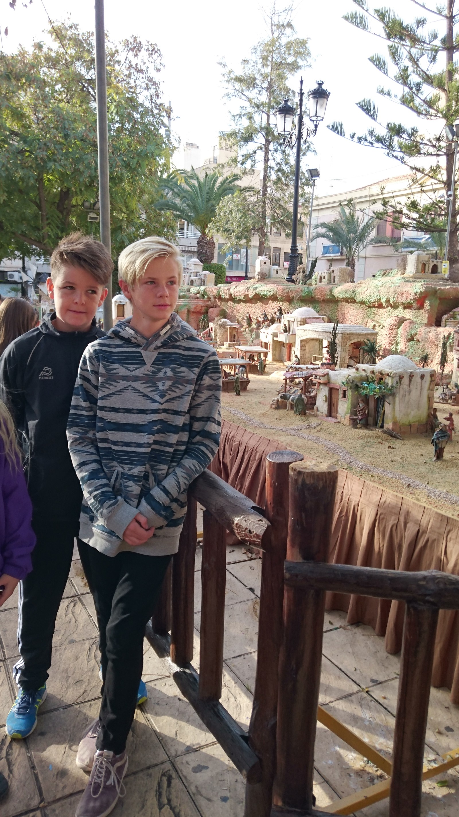 Elevene fra den norske skolen i Rojales besøkte denne uken El Belen på kirkeplassen i Torrevieja.