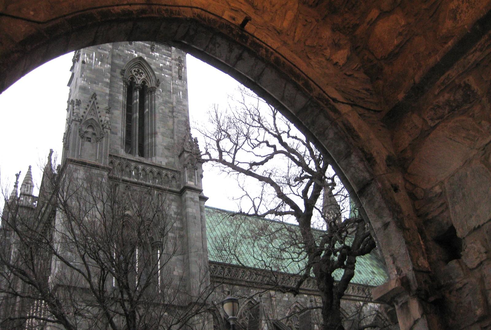 Gjennom Erkebispegårdens portal