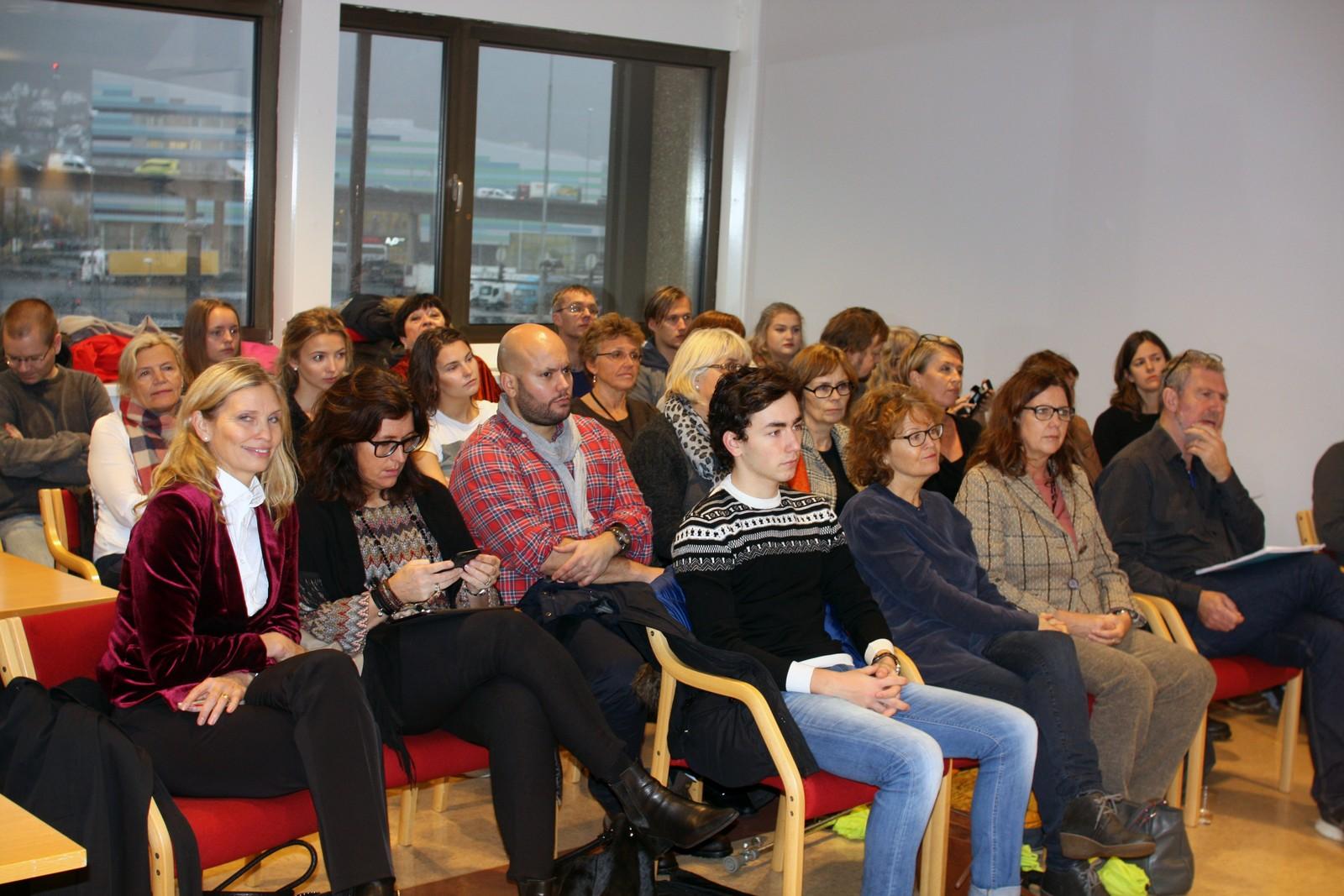 Publikum: Fylkesadministrasjonen måtte tirsdag sette avgrensninger på hvor mange som fikk være med på møtet i opplæringsutvalget. Mange av elevene ønsket å være publikum på møtet.