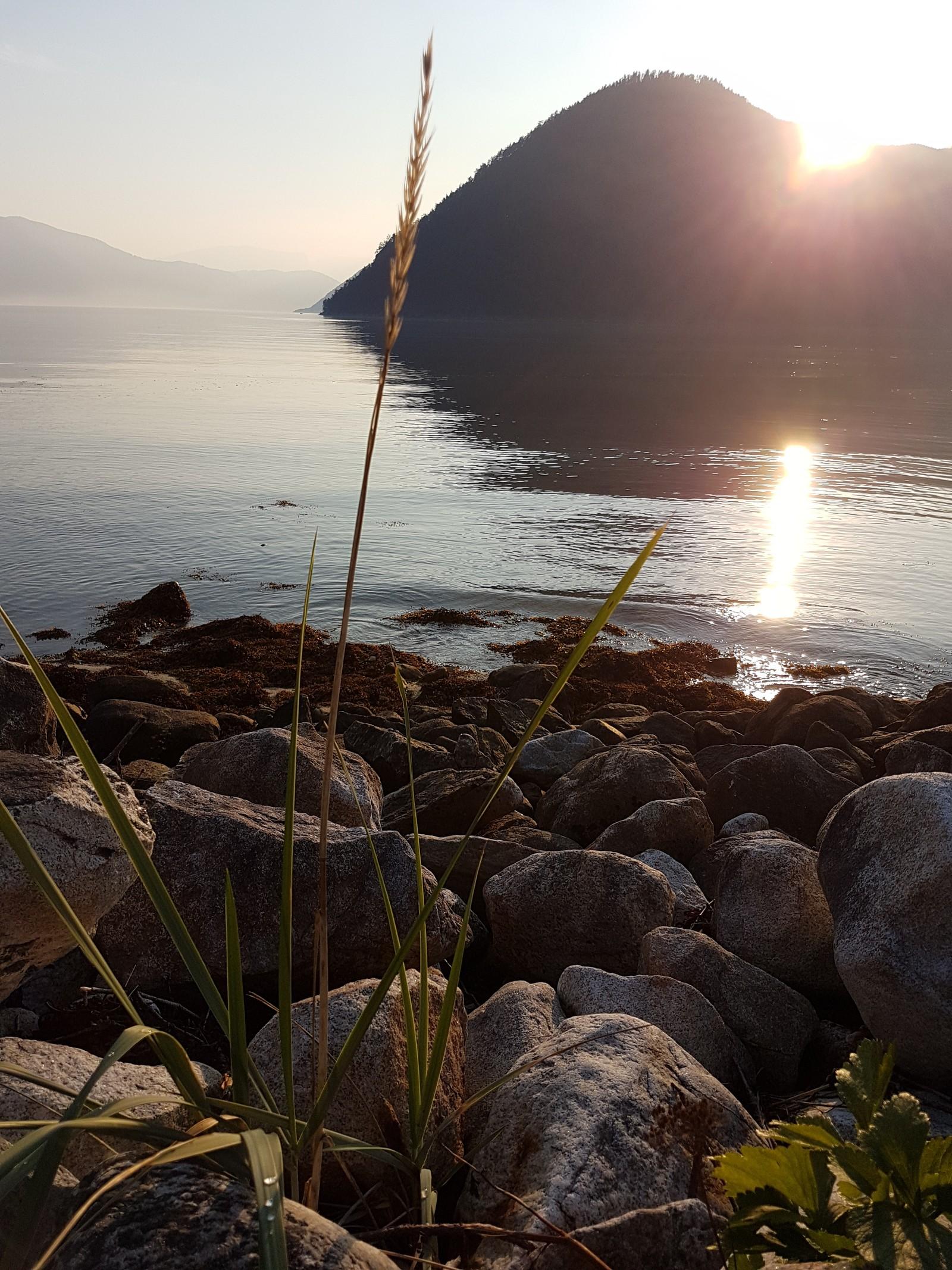 Solnedgang ved sjøen. Amla, Kaupanger.