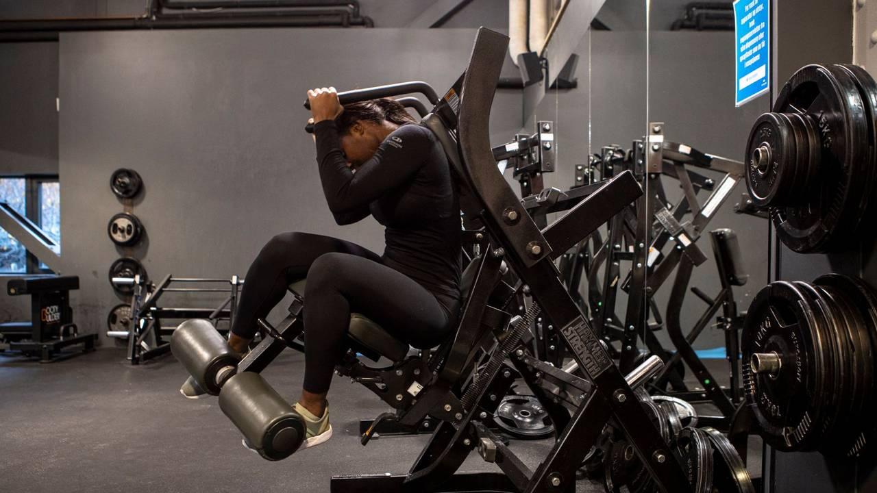 Priscilla L. Kwaa demonstrerer mageøvelse på maskin