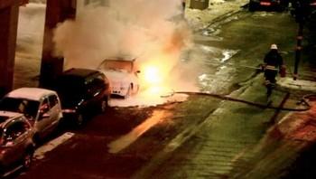 Brannvesenet slukker en brennende bil i Stockholm