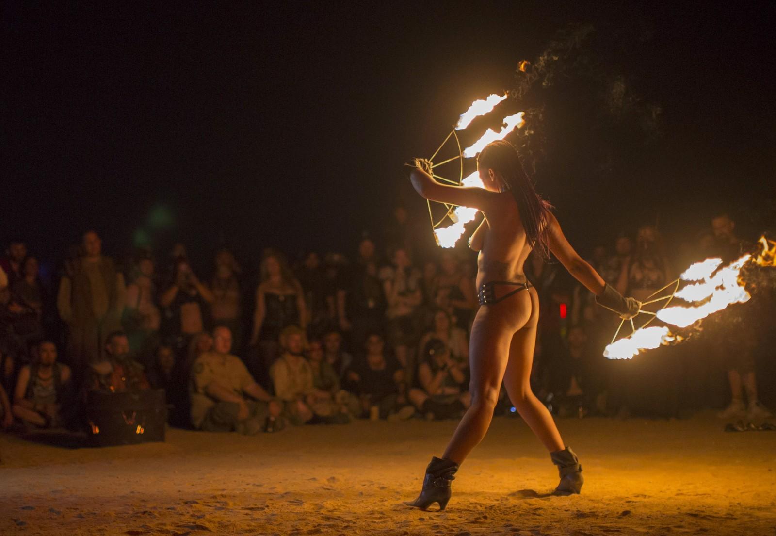 Ekshibisjonismen råder naturligvis på en slik festival. Her underholder en burlesque-danser.