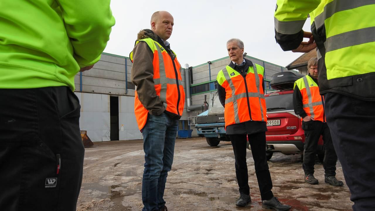 Sp-leder Trygve Slagsvold Vedum og Ap-leder Jonas Gahr Støre besøker Forestias fabrikk på Braskereidfoss i Innlandet.