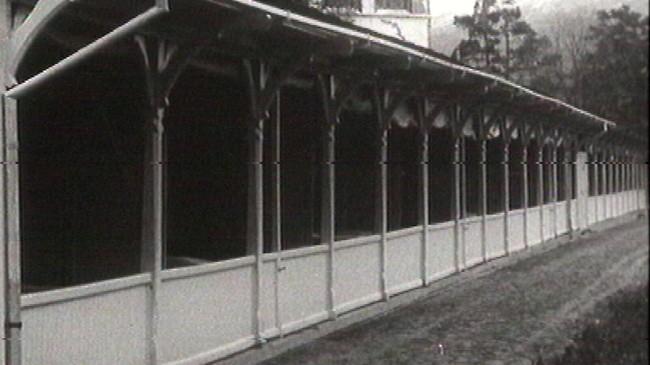 I desse båsane sat dei tæringssjuke for å få frisk luft. Foto frå Filmavisen 1952.
