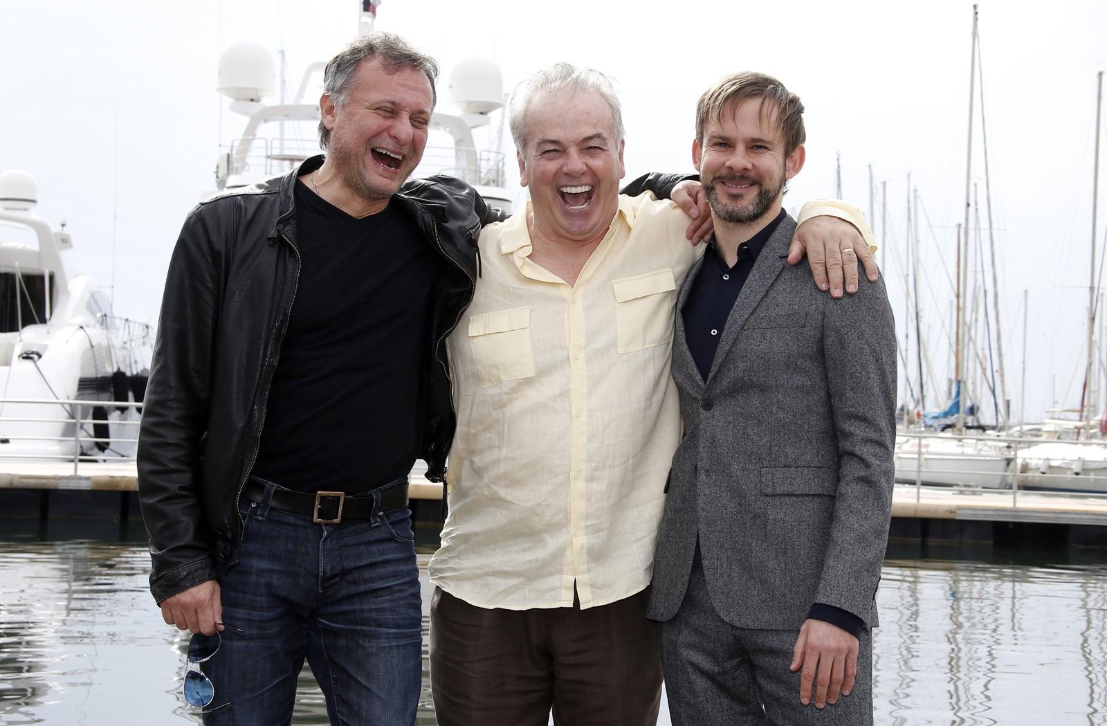 Michael Nyqvist saman med den amerikanske manusforfattaren, regissøren og produsenten Robert Moresco og den britiske skodespelaren Dominic Monaghan i samband med fjernsynsserien «The book of negroes».