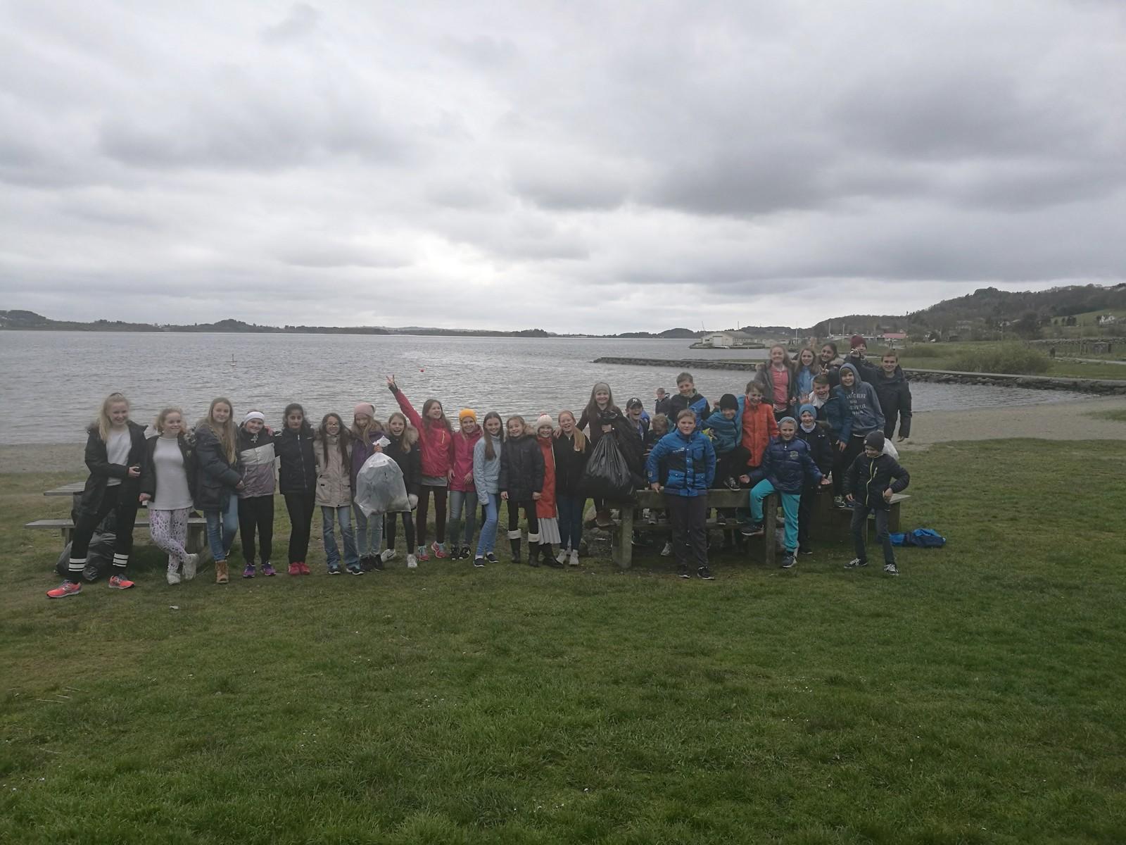 Heldige 7.trinn på Hafrsfjord skole fikk gratis softis av «Isparadis»-ansatte i Møllebukta, etter å ha vært med på den store ryddedugnaden!