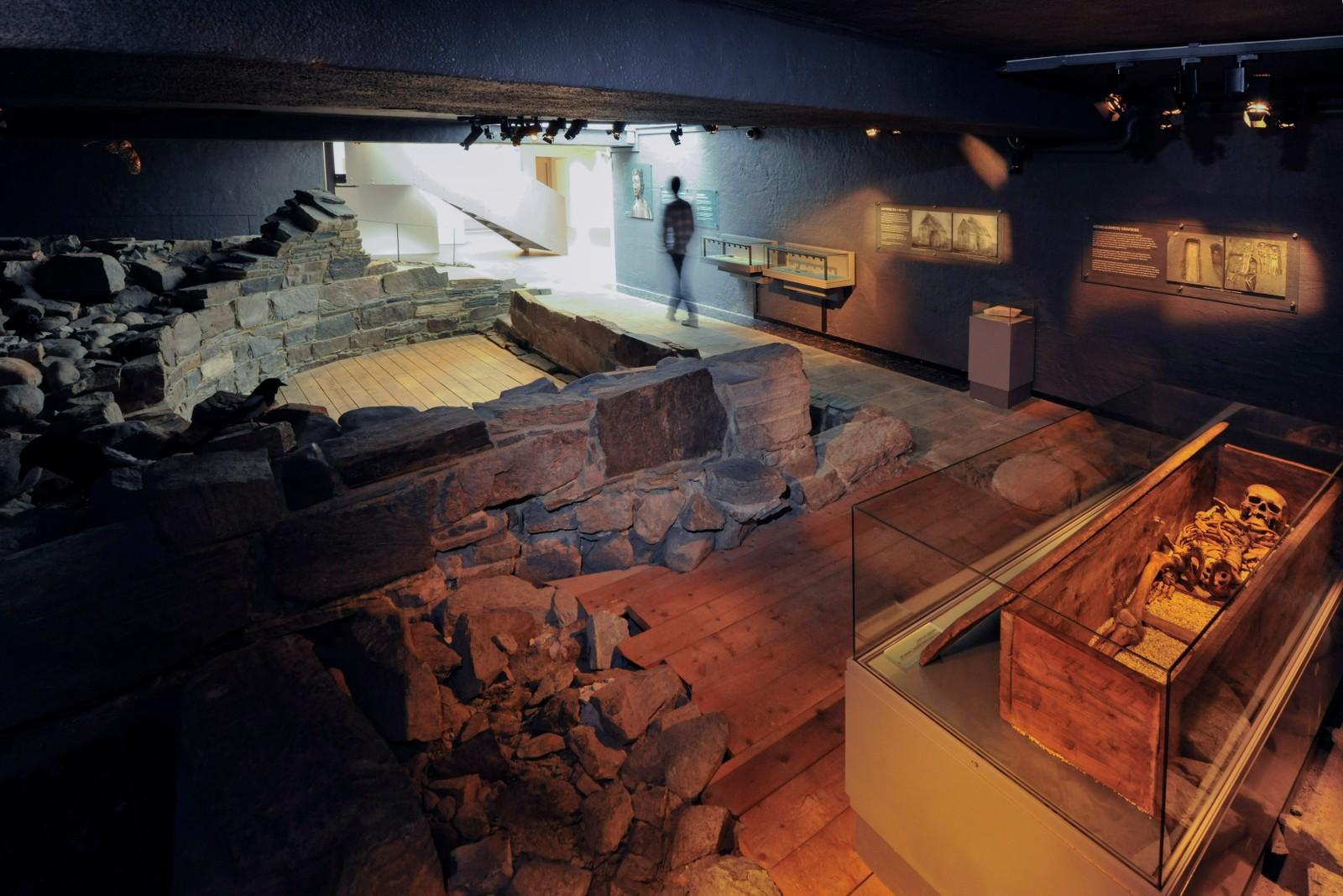 Ruinen av en steinkirke under Sparebank 1 Midt-Norge, rett over gata for Folkebiblioteket, kan derimot være Olavskirka. I 1970-1971 avdekket arkeologiske utgravinger i Søndre gate spor etter menneskelig aktivitet fra 900-tallet og utover. Det mest oppsiktsvekkende funnet var ruinen av ei steinkirke fra ca. 1160 som var i bruk inntil den brant ned en gang mellom 1430 og 1531. Under kirkeruinen ble det funnet rester av en trebygning fra første halvdel av 1000-tallet, og denne trebygningen kan være rester etter den eldste Olavskirken. Tidligere mente en at ruinene i bankens kjeller var rester etter Gregoriuskirken, men nyere tolkninger tyder altså på at det var her St. Olavs lik ble oppbevart den første natten etter at han var blitt fraktet fra Stiklestad.