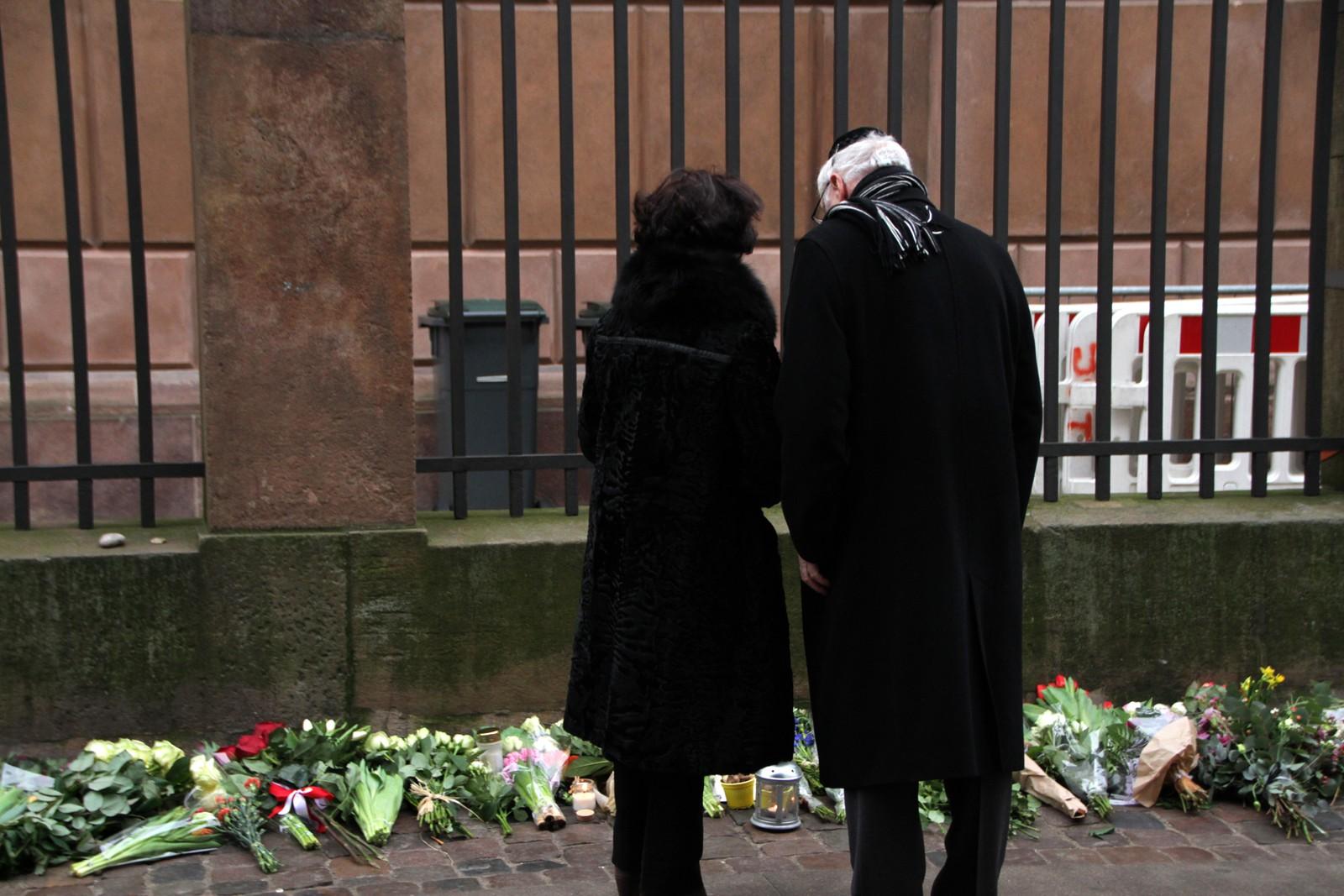 Det eldre ekteparet Miriam og Ben Bograd har som mange andre københavnere i dag, møtt opp foran synagogen for å legge ned blomster til ære for den avdøde 37-åringen.