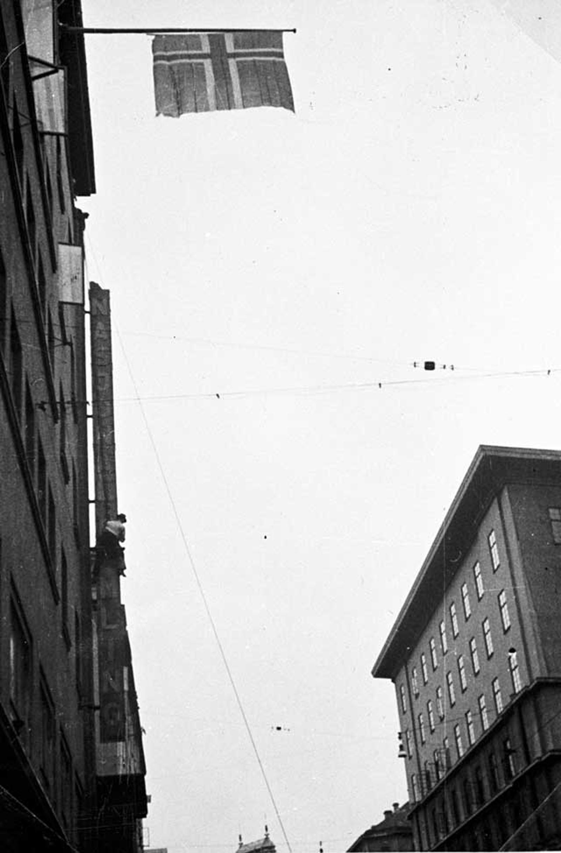 FLAGGER: Et norsk flagg vaier over et tidligere NS-bygg i Christian Michelsens gate.