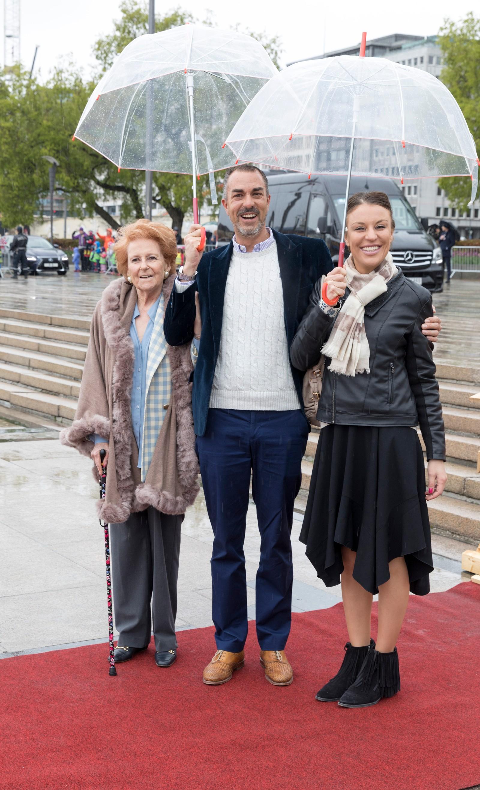 Lady Elizabeth Shakerley fra Storbritannia, Desirée Kogevinas og Carlos Eugster fra Sverige ved avreise fra honnørbrygga i Oslo på tur til lunsj på Kongeskipet Norge onsdag.