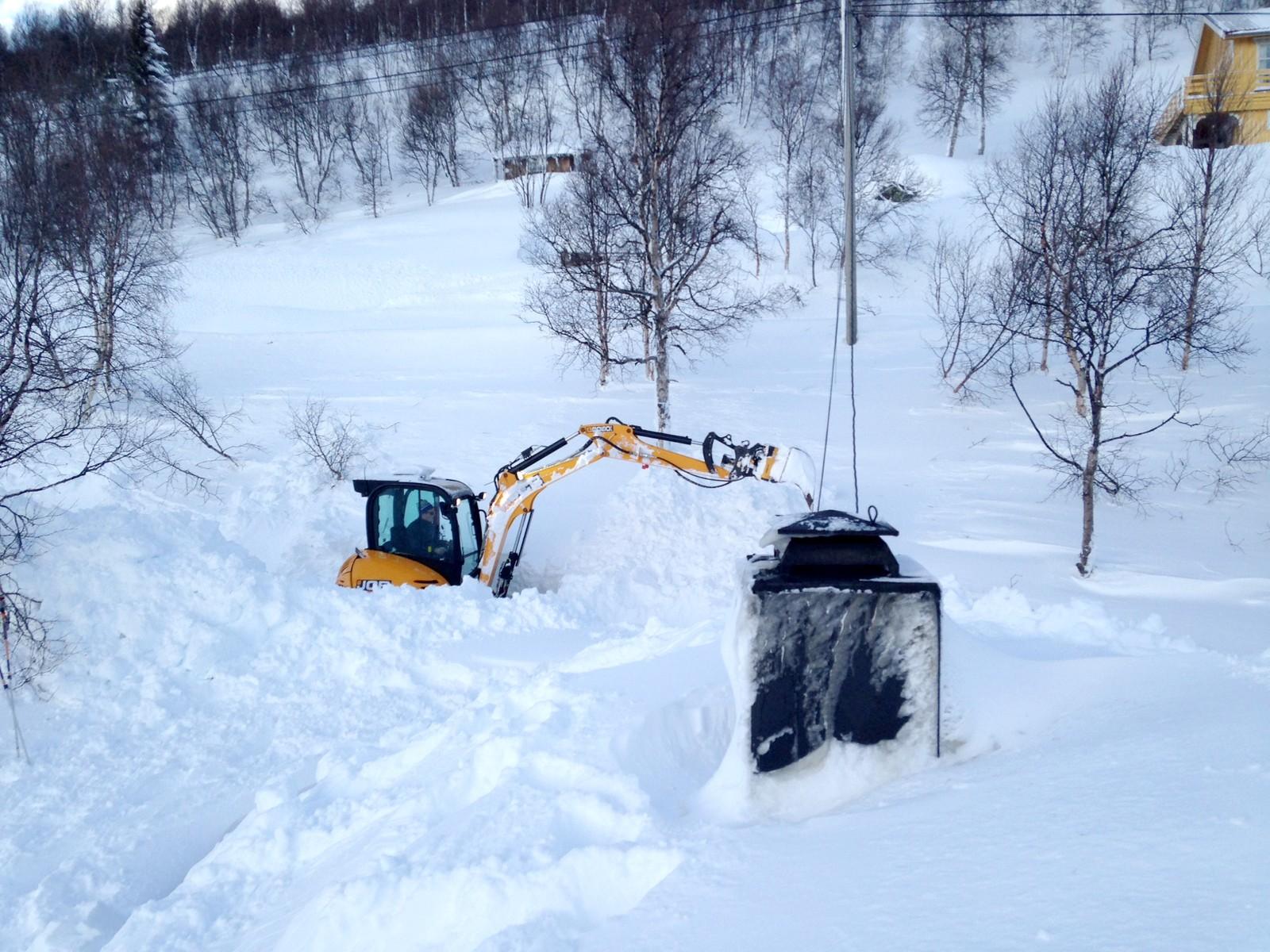Bygdefolket på Bjåen har arbeidet hardt for å få unna snøen på veiene.