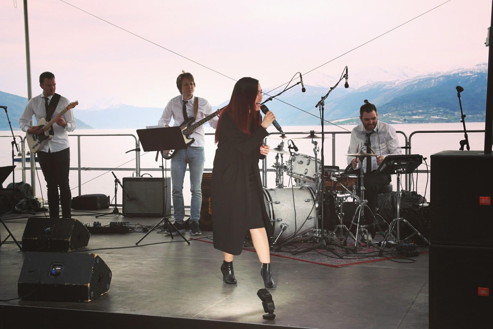 MYRNA: Soulstjerna frå Norge heldt gratiskonsert i hotellhagen ved Kviknes hotell laurdag.