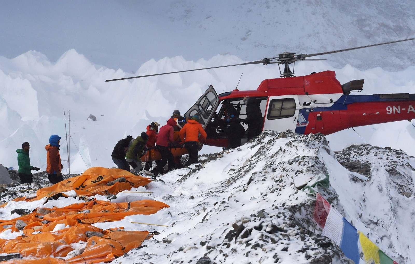 De døde ble samlet og dekket til med oransje plastposer før de ble fraktet ned med helikopter dagen etter.