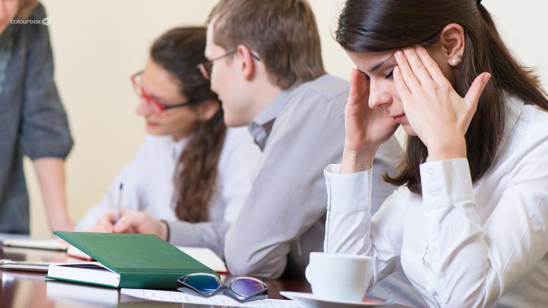 Illustrasjonsfoto arbeid, stress, kollegaer, hodepine