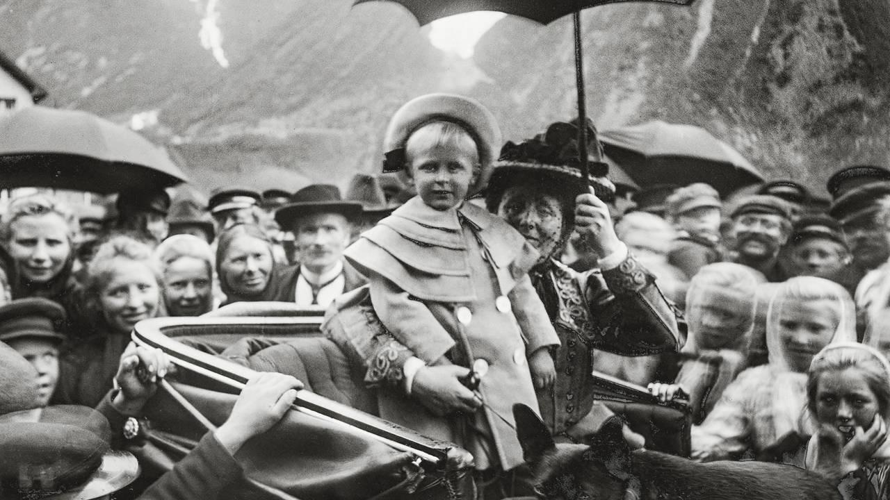 Dronning Maud og kronprins Olav. Fra signingsferden i Hjørundfjorden, 1906.