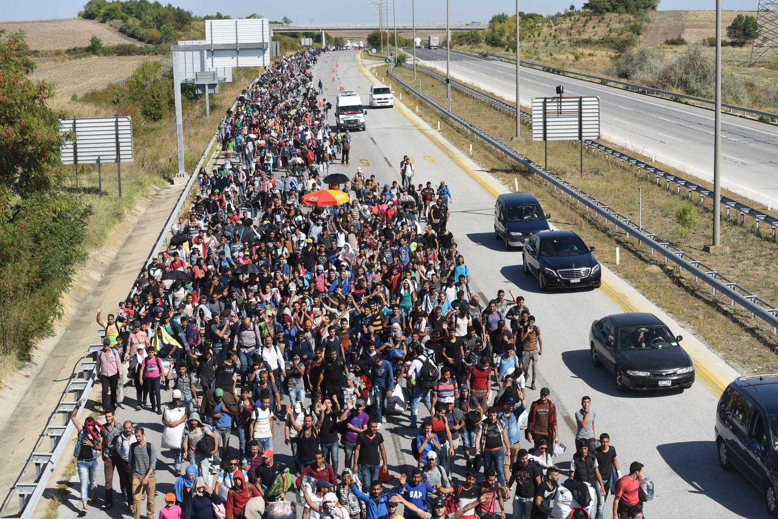 Syriske flyktninger i Tyrkia til fots på motorveien mot den greske grensen.