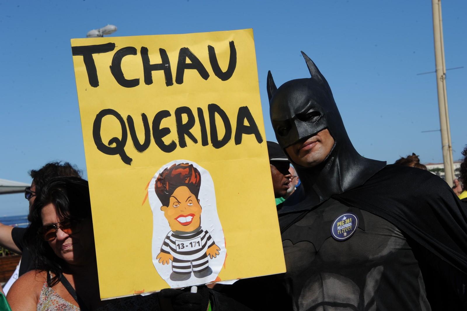 Ha det bra, kjære! Utkledd som Batman levner skiltet med en tegning av Brasils Dilma Rousseff liten tvil om hva mannen mener om landets president. Brasils nasjonalforsamling stemte for å stille henne for riksrett etter 40 timers oppheta debatt.