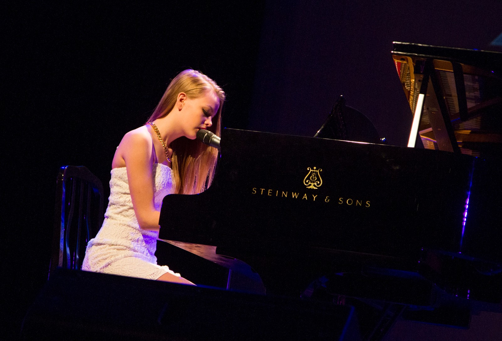 """Thea Berg spelar """"Angel"""" på flygel."""
