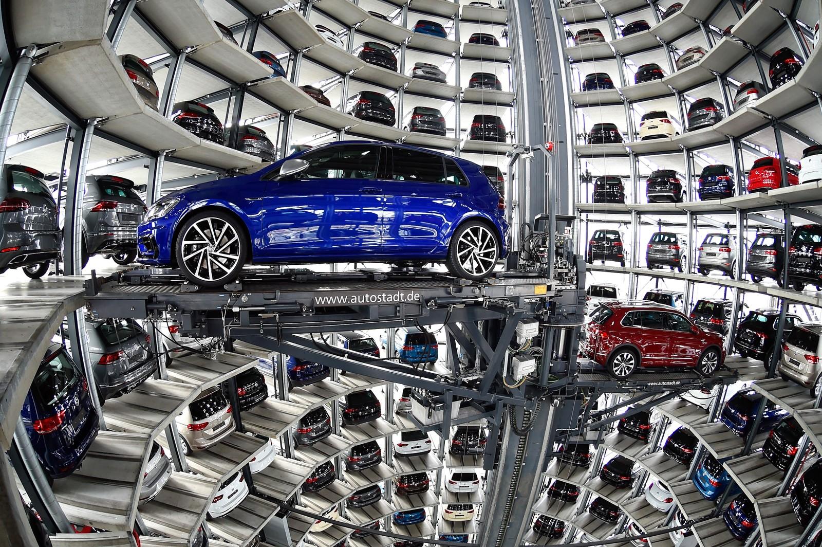 Biler lastes i et leveringstårn på anlegget til Volkswagen i Wolfsburg, Tyskland.