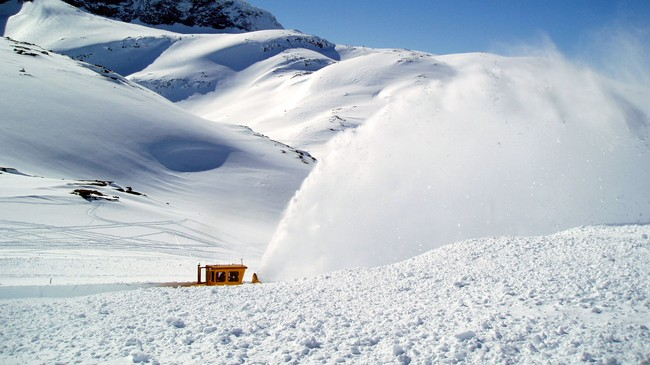 Vegen over Sognefjellet blir brøytt gjennom etter vinterstenginga. Foto: Kjartan Kvien.