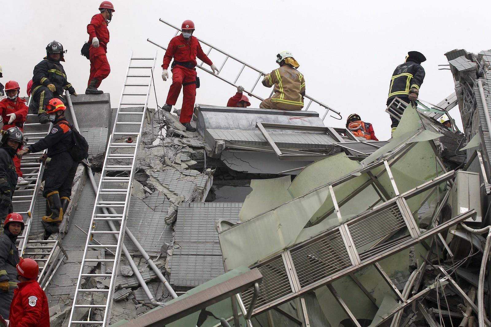 Redningsmannskap frykter at 30 mennesker fortsatt kan være fanget i ruinene.
