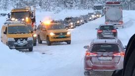 KOLONNEKØYRING: 29 personbilar og ein lastebil venta på å få køyre vestover Strynefjellet i 15-tida fredag.