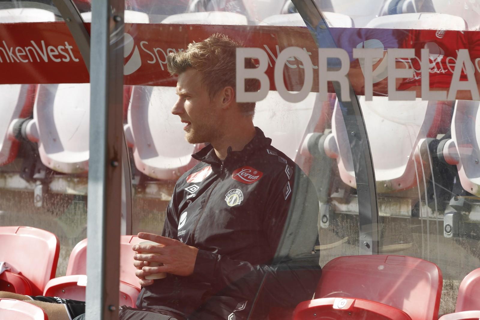 BENKA: Ein småskadd Ulrik Flo tok plass på benken, medan Kristian Fardal Opseth fekk tillit frå start.