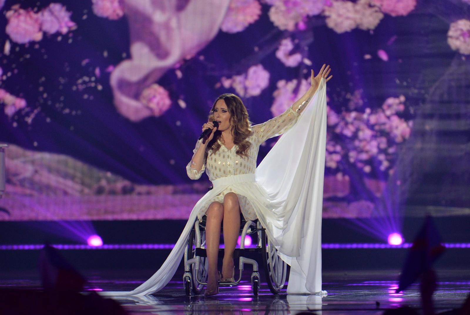 18. POLEN: Monika Kuszynska representerer Polen, og har en spesiell forhistorie. Hun ble utsatt for en bilulykke i 2006, og har siden sittet i rullestol. Monika startet musikkarrieren som solist i det polske bandet Varius Manx i 2001, og i Eurovisionfinalen synger hun låta «In the name of love».