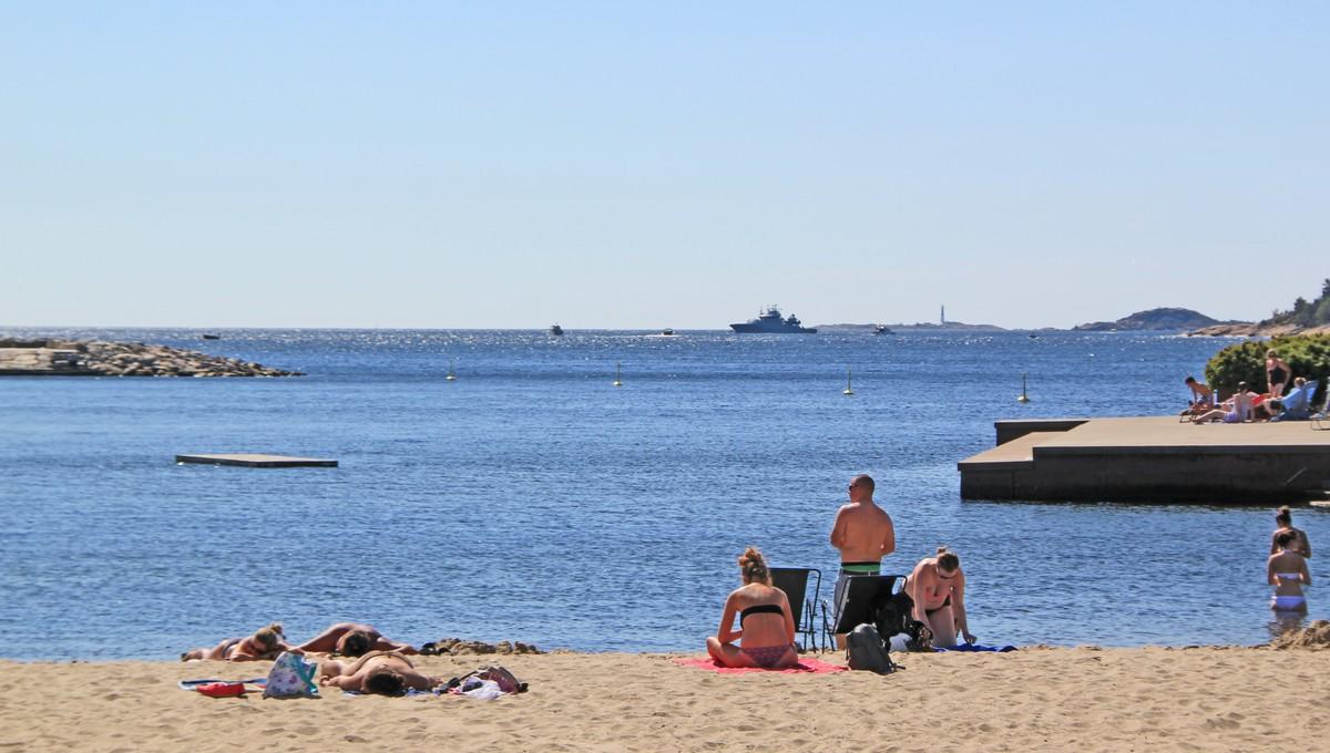 FORSKJELL: Her fra bystranda i Kristiansand har man utsikt til Oksøy fyr helt ytterst på sørlandskysten. Temperaturen blir ofte kaldere helt der ute.