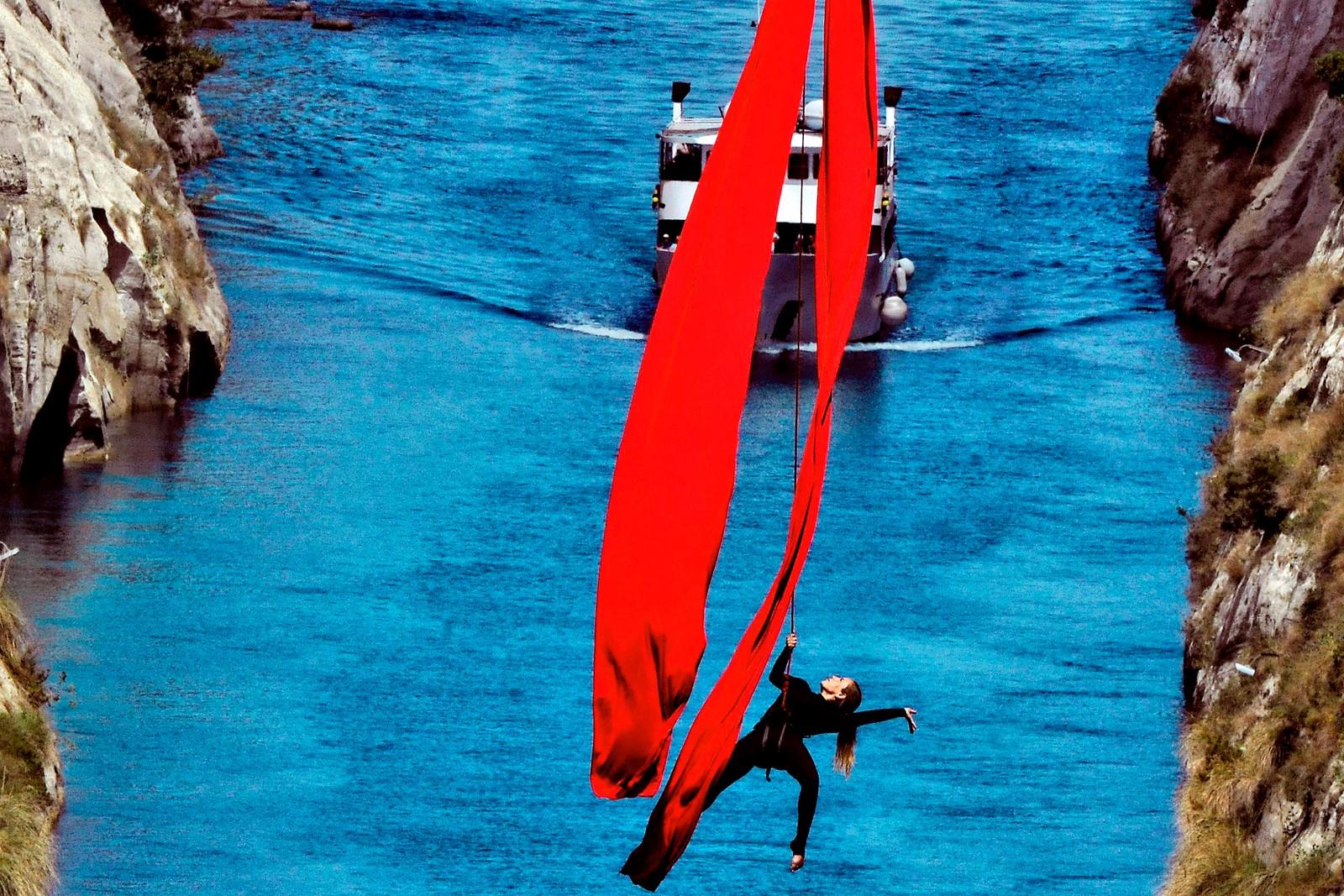 Omkring 45 meter over vannoverflaten danset den greske koreografen Katerina Soldatou seg over passerende skip i Korintkanalen denne uka. Prosjektet kalles Greece has soul, som du kan google om du vil se flere bilder og video.