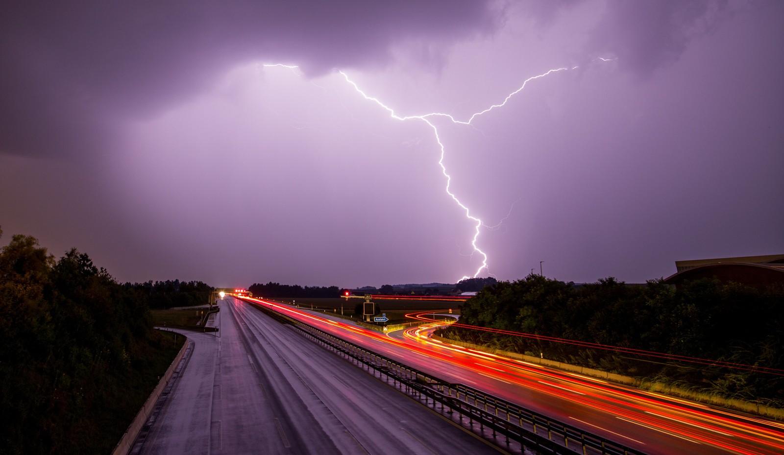 Lyn og lilla himmel sett fra motorveien A9 nær Allershausen, sør i Tyskland.