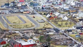 Flere hus har brent ned og mange hundre mennesker er evakuert fra Lærdal etter storbrannen