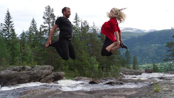 Norsk dokumentar. Dans for livet.Vilde 12 år drømmer om å bli Norges beste solodanser i halling. Hun trener ustoppelig for å klare å konkurrere i det guttedominerte dansemiljøet. Men det viktigste for henne er familien og akkurat nå at bestefar blir frisk igjen.