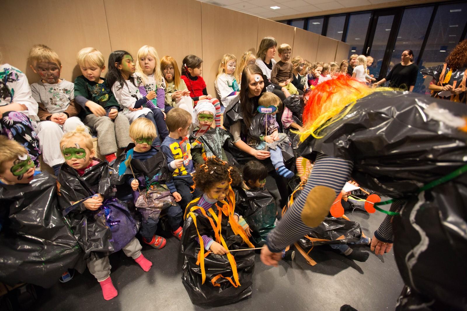 Latter og sang preger monsterfesten i Jåttå barnehage.