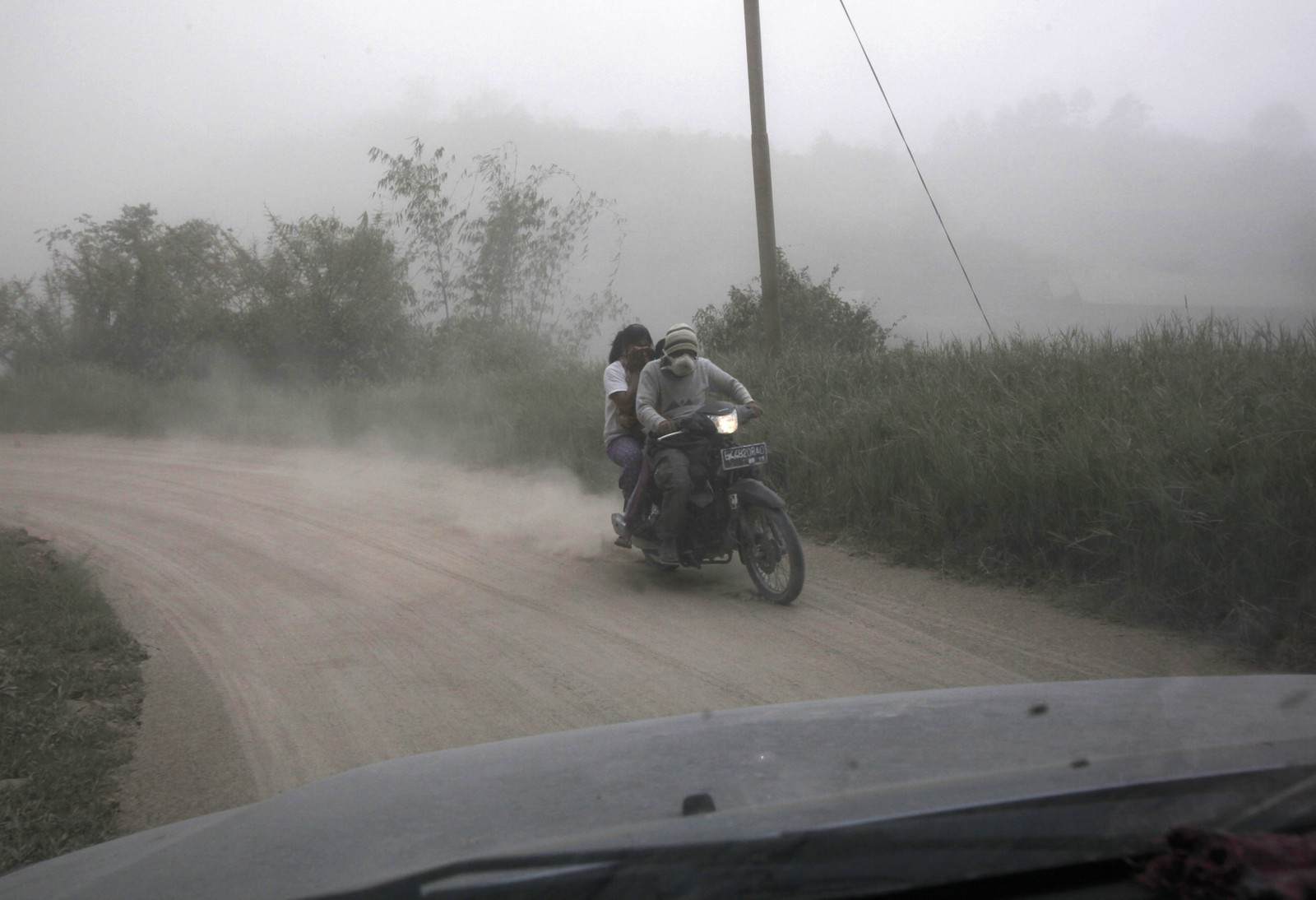 Mopedist blir innhyllet i aske.