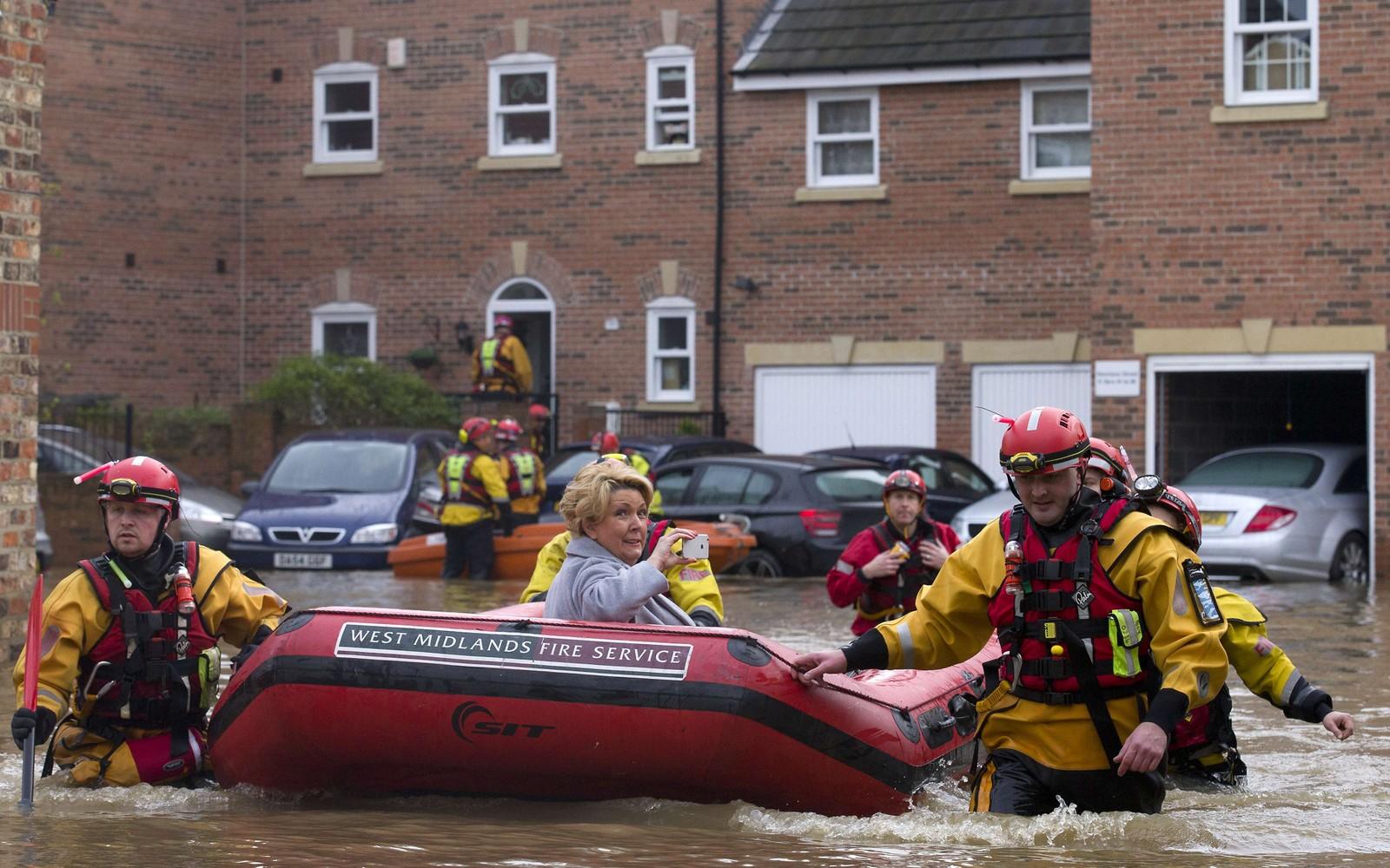 Det er klart det må dokumenteres når man blir evakuert fra sitt eget hjem i en gummibåt. York, nord i England, ble i romjulen rammet av flom.